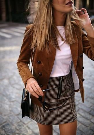 Cómo combinar un bolso bandolera de cuero negro: Ponte un blazer cruzado de pana marrón y un bolso bandolera de cuero negro para un look agradable de fin de semana.