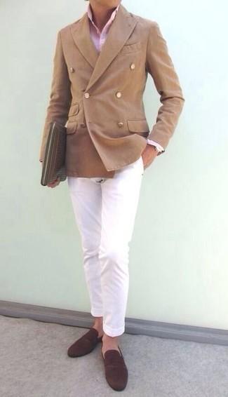 Cómo combinar: blazer cruzado marrón claro, camisa de vestir rosada, pantalón chino blanco, mocasín de ante en marrón oscuro