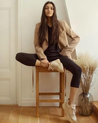 Cómo combinar un blazer cruzado marrón claro: Elige un blazer cruzado marrón claro y unos leggings negros para una vestimenta cómoda que queda muy bien junta. ¿Quieres elegir un zapato informal? Haz deportivas en beige tu calzado para el día.