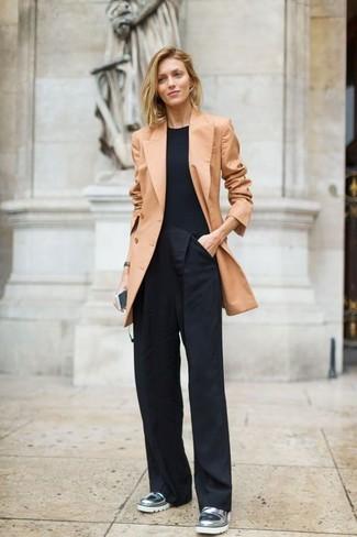 Cómo combinar un blazer cruzado marrón claro: Utiliza un blazer cruzado marrón claro y unos pantalones anchos negros para lucir elegante y distinguida. Mocasín de cuero plateados son una opción inmejorable para complementar tu atuendo.