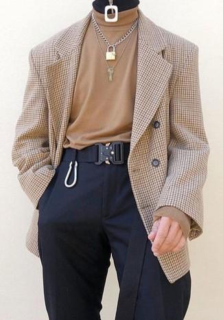 Cómo combinar: blazer cruzado a cuadros marrón claro, jersey de cuello alto marrón claro, pantalón de vestir negro, correa de lona negra