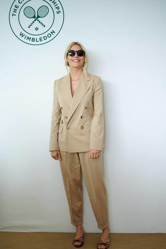 Outfits mujeres: Usa un blazer cruzado marrón claro y un pantalón de pinzas marrón claro para una apariencia fácil de vestir para todos los días. Sandalias planas de cuero en marrón oscuro añadirán un nuevo toque a un estilo que de lo contrario es clásico.