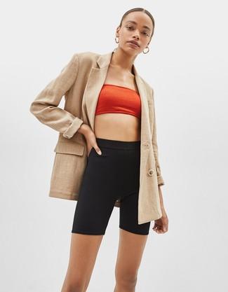 Cómo combinar: blazer cruzado marrón claro, top corto rojo, mallas ciclistas negras, pendientes dorados