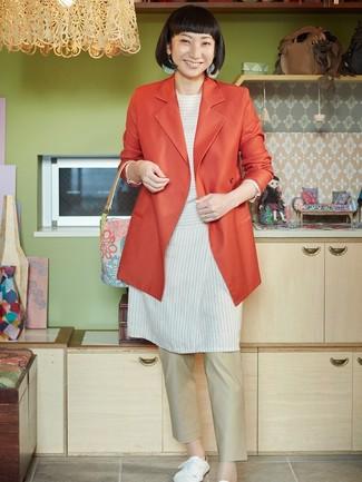 Cómo combinar: blazer cruzado naranja, túnica de rayas horizontales blanca, pantalón chino en beige, tenis de lona blancos