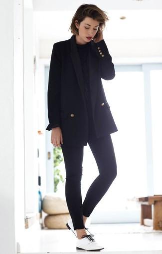 Cómo combinar: blazer cruzado negro, blusa de manga larga negra, vaqueros pitillo negros, zapatos oxford de cuero blancos