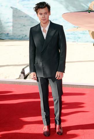 Cómo combinar: blazer cruzado negro, camisa de manga larga blanca, pantalón de vestir negro, botines chelsea de cuero rojos