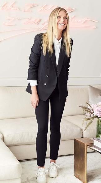 Cómo combinar: blazer cruzado negro, camisa de vestir blanca, pantalones pitillo negros, tenis de cuero blancos