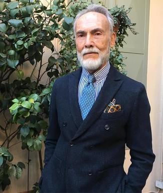Cómo combinar: blazer cruzado negro, camisa de vestir de rayas verticales en blanco y azul, corbata a lunares azul, pañuelo de bolsillo estampado amarillo