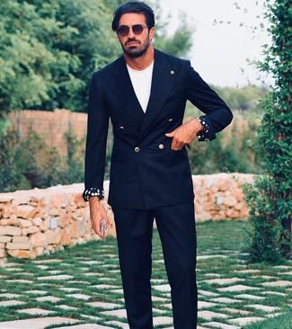 Cómo combinar: blazer cruzado negro, camiseta con cuello circular blanca, pantalón de vestir negro, gafas de sol en marrón oscuro