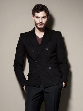 Cómo combinar: blazer cruzado negro, camiseta con cuello circular burdeos, pantalón de vestir azul marino