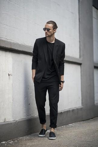 Cómo combinar: blazer cruzado negro, camiseta con cuello circular negra, pantalón chino negro, zapatillas slip-on de cuero negras