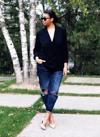 Cómo combinar: blazer cruzado de seda negro, vaqueros boyfriend desgastados azul marino, zapatos de tacón de cuero en beige, gafas de sol negras