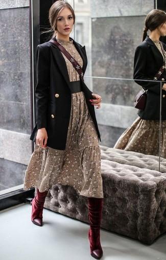 Cómo combinar: blazer cruzado negro, vestido midi con print de flores verde oliva, botas de caña alta de terciopelo burdeos, bolso bandolera de cuero burdeos