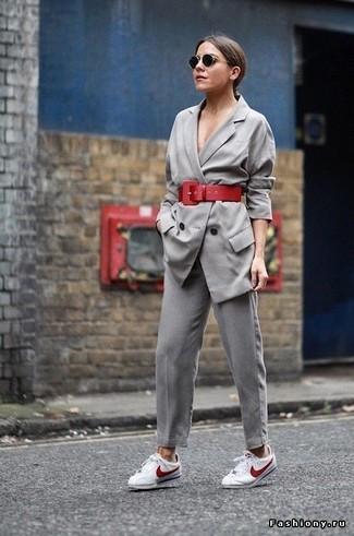 Cómo combinar un blazer cruzado gris: Intenta combinar un blazer cruzado gris con un pantalón de pinzas gris para una vestimenta cómoda que queda muy bien junta. ¿Por qué no añadir tenis en blanco y rojo a la combinación para dar una sensación más relajada?
