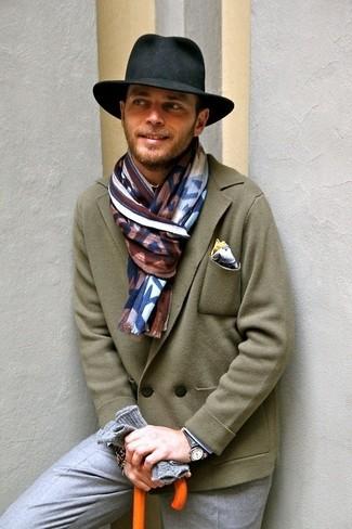 Cómo combinar: blazer cruzado de lana verde oliva, pantalón de vestir gris, sombrero negro, pañuelo de bolsillo blanco
