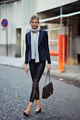 Cómo combinar: blazer cruzado azul marino, pantalones pitillo de cuero negros, bailarinas de cuero negras, bolso de hombre de cuero acolchado negro