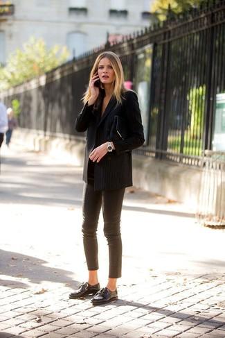 Cómo combinar: blazer cruzado de rayas verticales negro, pantalones pitillo de cuero marrónes, zapatos oxford de cuero negros, cartera sobre de ante negra