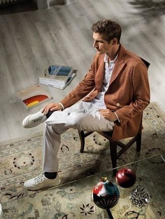 Cómo combinar unas deportivas blancas: Considera emparejar un blazer cruzado en tabaco junto a un pantalón de vestir blanco para rebosar clase y sofisticación. ¿Quieres elegir un zapato informal? Elige un par de deportivas blancas para el día.