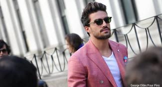 Cómo combinar: blazer cruzado rojo, camiseta con cuello en v blanca, pañuelo de bolsillo estampado azul, gafas de sol verde oscuro