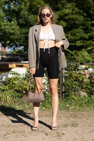 Cómo combinar: blazer cruzado a cuadros marrón, top corto blanco, mallas ciclistas negras, chinelas de cuero negras