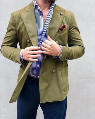 Cómo combinar: blazer cruzado verde oliva, camisa de vestir de rayas verticales en blanco y azul, pantalón chino azul marino, pañuelo de bolsillo estampado burdeos