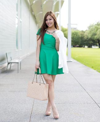 Cómo combinar: blazer cruzado blanco, vestido skater verde, zapatos de tacón de cuero en beige, bolsa tote de cuero acolchada en beige