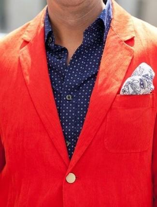 Cómo combinar un blazer de algodón rojo: Usa un blazer de algodón rojo y una camisa de manga larga a lunares azul marino para lograr un look de vestir pero no muy formal.