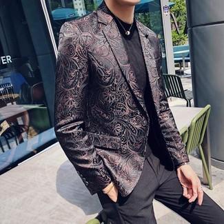 Cómo combinar un blazer de brocado negro: Elige un blazer de brocado negro y un pantalón de vestir negro para rebosar clase y sofisticación.