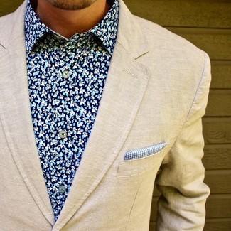 Cómo combinar: blazer de lana en beige, camisa de vestir con print de flores azul, pañuelo de bolsillo de cuadro vichy azul