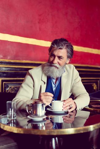 Cómo combinar: blazer de lana en beige, chaleco de vestir azul, camisa de vestir celeste