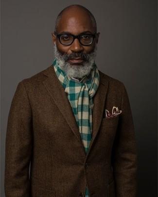 Cómo combinar: blazer de lana de espiguilla en marrón oscuro, pañuelo de bolsillo estampado burdeos, bufanda a cuadros verde