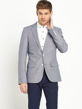 Look de moda: Blazer de lana gris, Camisa de manga larga blanca, Pantalón chino azul marino
