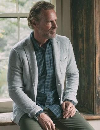 Cómo combinar: blazer de lana gris, camisa de manga larga de cuadro vichy azul marino, pantalón chino verde oliva