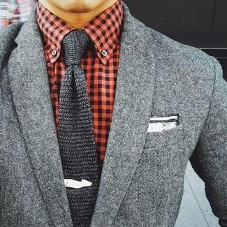 Cómo combinar: blazer de lana gris, camisa de vestir de cuadro vichy roja, corbata de punto en gris oscuro