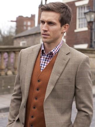 Cómo combinar: blazer de lana a cuadros marrón, chaleco de vestir en tabaco, camisa de vestir de cuadro vichy en blanco y rojo y azul marino
