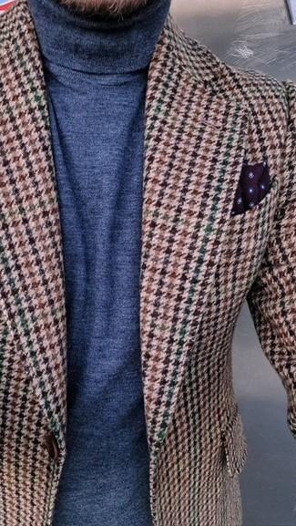 Cómo combinar: blazer de lana de pata de gallo marrón, jersey de cuello alto azul marino, pañuelo de bolsillo a lunares burdeos
