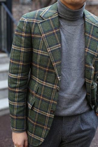 Cómo combinar: blazer de lana a cuadros verde oliva, jersey de cuello alto gris, pantalón de vestir de lana gris