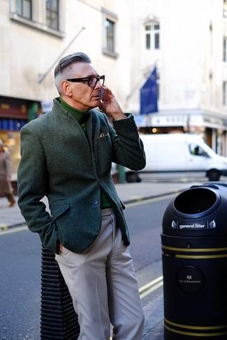 Cómo combinar: blazer de lana verde oscuro, jersey de cuello alto verde, pantalón chino gris
