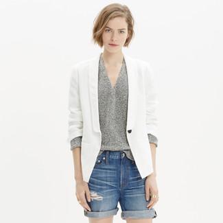 Cómo combinar: blazer de lino blanco, jersey de pico gris, pantalones cortos vaqueros desgastados azules