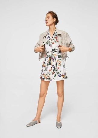 Utiliza un blazer de lino en beige y una vestido camisa con print de flores blanca y te verás como todo un bombón. ¿Te sientes ingenioso? Dale el toque final a tu atuendo con mocasín.