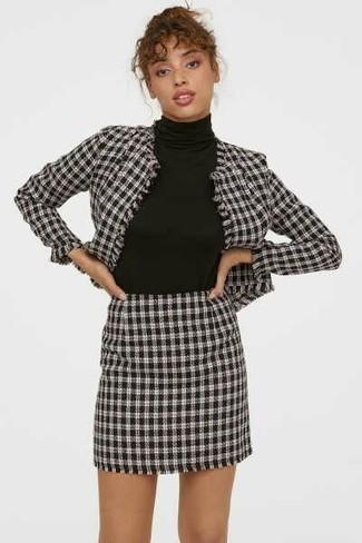 Cómo combinar: blazer de pata de gallo en blanco y negro, jersey de cuello alto negro, minifalda de pata de gallo en blanco y negro
