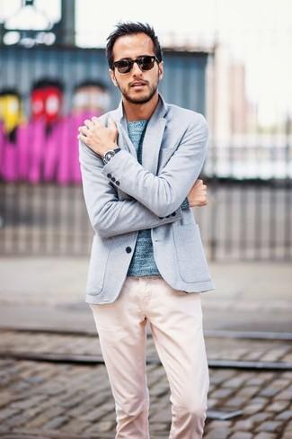 Cómo combinar: blazer de punto celeste, jersey con cuello circular celeste, pantalón chino rosado