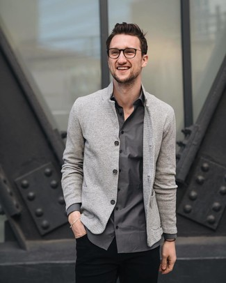 Cómo combinar un blazer de punto gris: Usa un blazer de punto gris y un pantalón chino negro para después del trabajo.