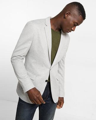 Cómo combinar: blazer de punto gris, camiseta con cuello circular verde oliva, vaqueros en gris oscuro