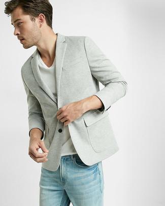 Cómo combinar: blazer de punto gris, camiseta con cuello en v blanca, vaqueros celestes