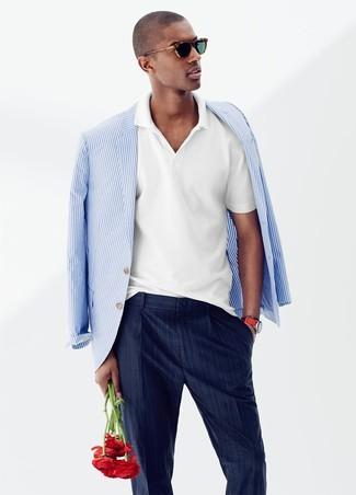 Cómo combinar: blazer de rayas verticales en blanco y azul, camisa polo blanca, pantalón de vestir de rayas verticales azul marino
