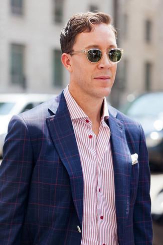 Cómo combinar: blazer de tartán azul marino, camisa de manga larga de rayas verticales rosada, pañuelo de bolsillo blanco
