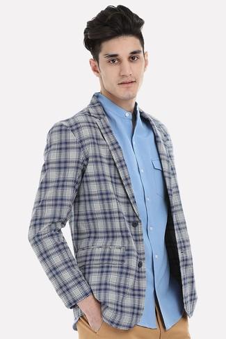 Cómo combinar: blazer de tartán gris, camisa de manga larga celeste, pantalón chino marrón claro