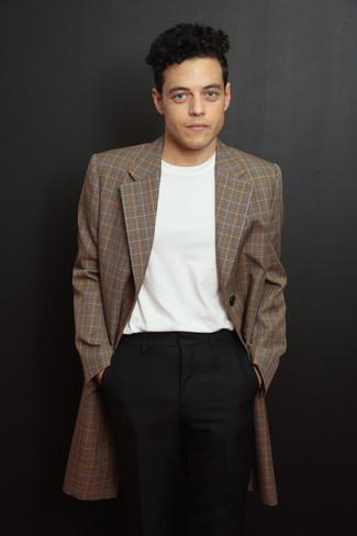 Cómo combinar: blazer de tartán marrón, camiseta con cuello circular blanca, pantalón de vestir negro
