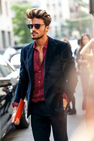 Cómo combinar: blazer de terciopelo azul marino, camisa de vestir estampada roja, pantalón de vestir en gris oscuro